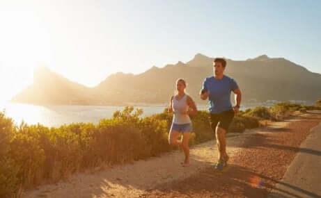 Et par som løper ute om sommeren.