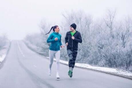 Et par som løper ute om vinteren.