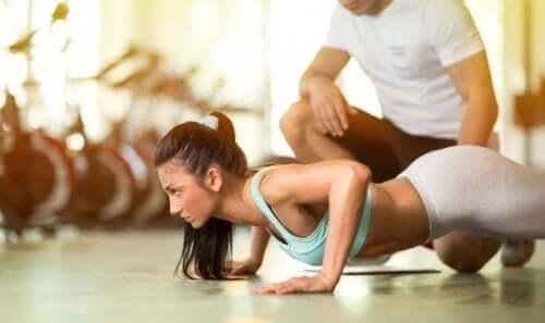 Kvinne og trener.