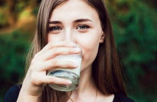 Kvinne som drikker melk.