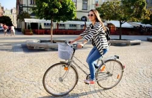 Kvinne som sykler.