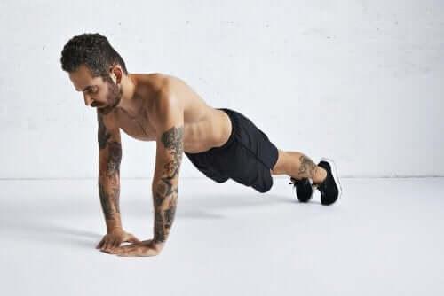 Mann som jobber med å trene kroppen.