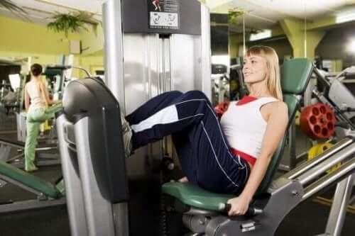 Tren på treningsstudioet for å forbedre idrettsytelsen din