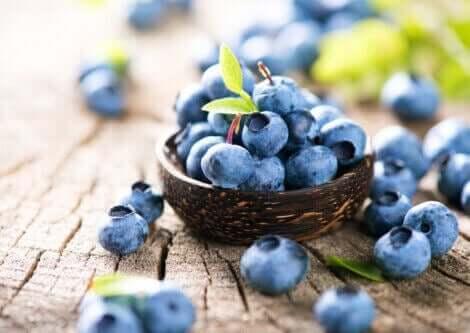 En bolle med blåbær, som ikke bør inngå i et diett med lite oksalat.