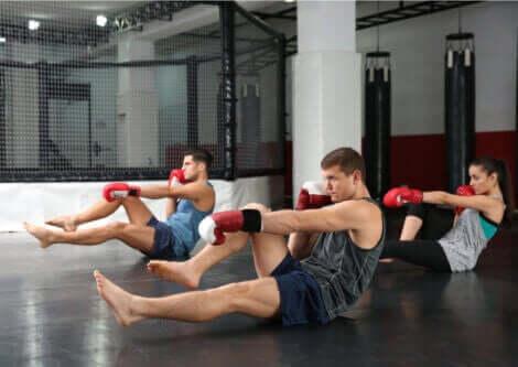 En gruppe mennesker som praktiserer Body Combat.