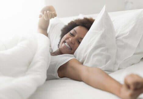 En kvinne som hviler i sengen.