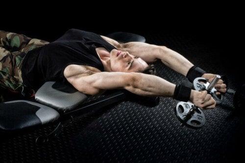 Pullover med manualer for å aktivere bryst- og ryggmusklene
