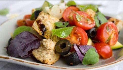Salade-ingrediënten zoals brood