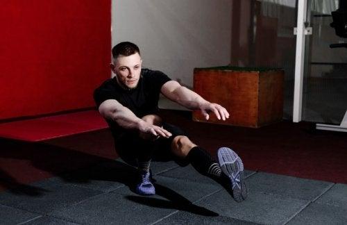 Man voert pistol squat uit