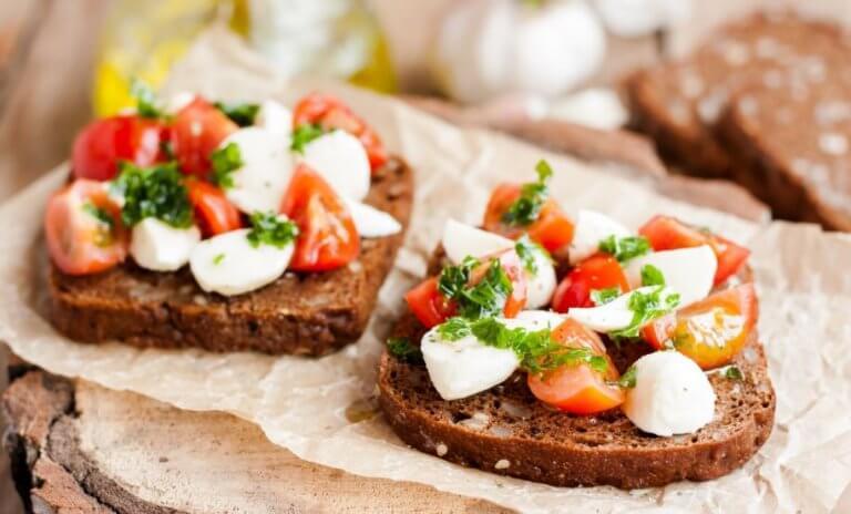 Geroosterd brood met tomaat en kaas