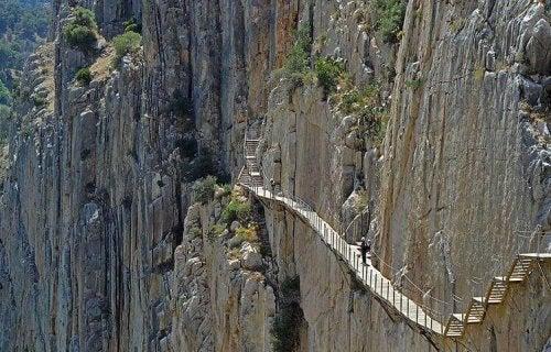 loopbrug langs steile bergwand