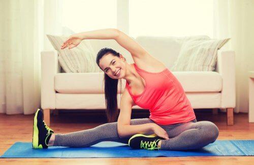 vrouw doet rekoefening thuis