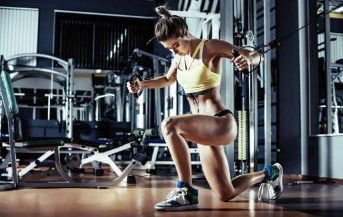 Om spiermassa op te bouwen moet je in de sportschool trainen