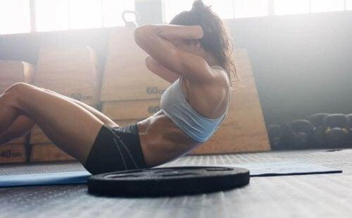 De crunch is één van de gevaarlijke oefeningen en apparaten.