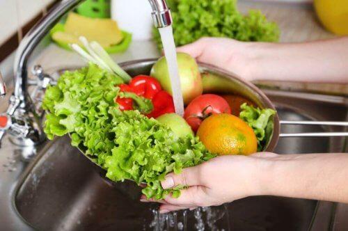 Gezonde fruit en groenten worden gewassen in de gootsteen