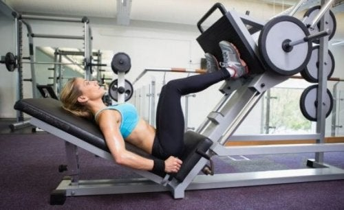 Oefeningen en apparaten om te vermijden in de sportschool