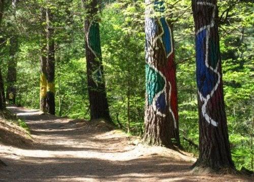 beschilderde boomstammen in Spanje