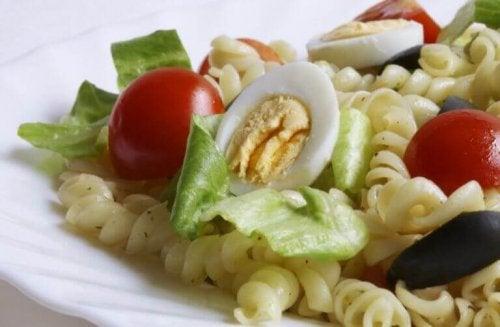 pastasalade met ei en tomaat