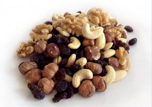 Een hoopje noten en gedroogde vruchten