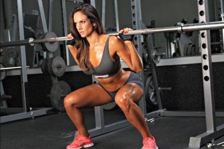 een vrouw doet squats met gewicht