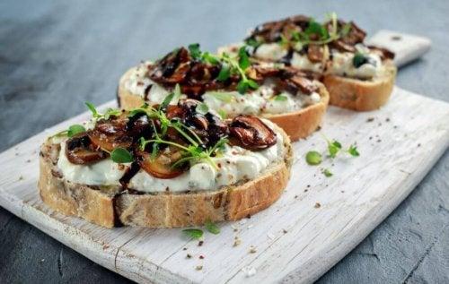 geroosterd broodje gezond met champignons