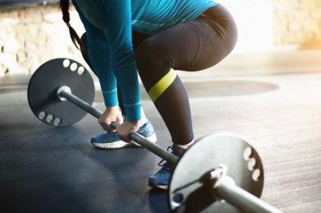 Gewichtheffen met stang voor het verbranden van vet en versterken van je lichaam
