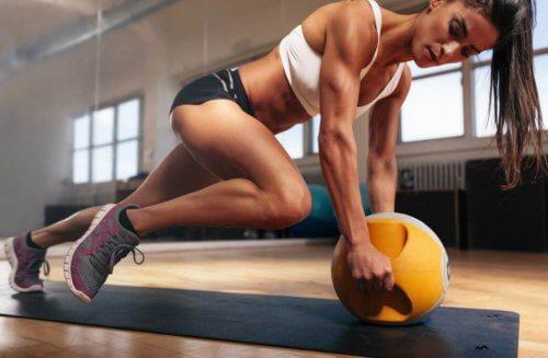 Vrouw doet oefening