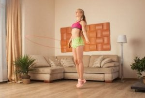 Vrouw touwtjespringen thuis