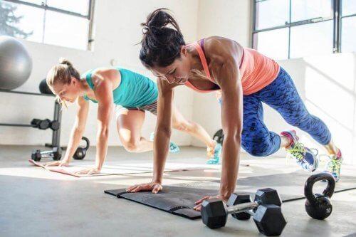 Vrouwen die HIIT training doen
