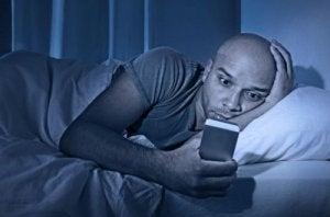 Man kijkt naar mobiele telefoon