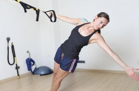 Vrouw doet TRX-oefening