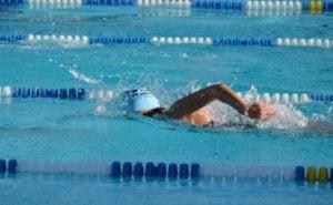 Vrouw zwemt baantjes