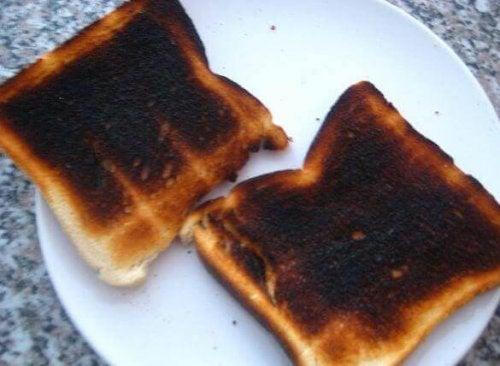 twee verbrande sneeën geroosterd brood op bord