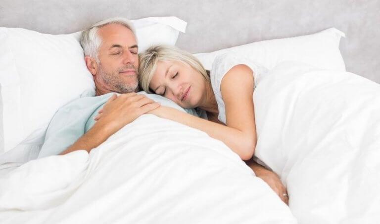Koppel over de 40 slaapt