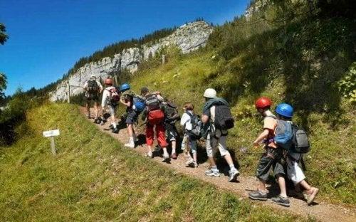 Kinderen lopen een berg op