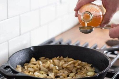 lepel met appelazijn boven pan op kookstel