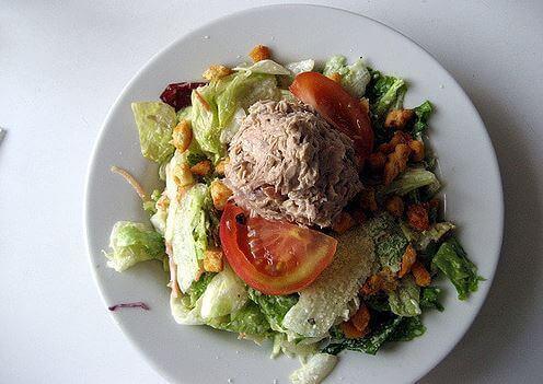 bord met tonijnsalade