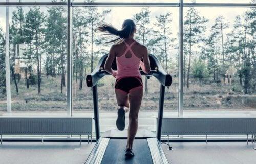 vrouw op loopband in sportschool