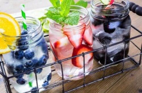 flessen water met een fruitsmaakje om meer water drinken op een dag