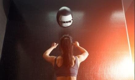 Een medicijnbal tegen een muur gooien