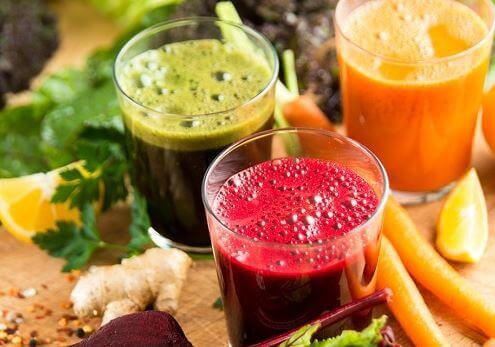 Vrolijk gekleurde en gezonde fruitsapjes