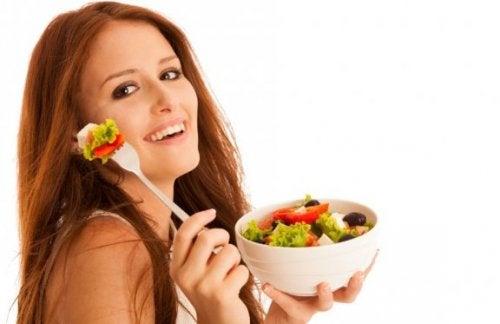 De diverse ingrediënten van de Griekse salade