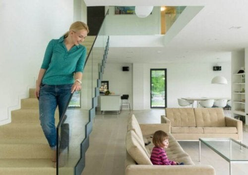 vrouw op de trap met kind doet cardio-oefeningen