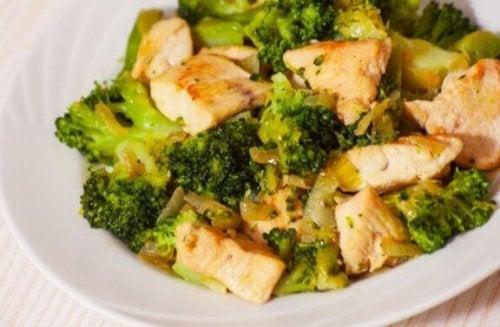 bord met broccoli en stukjes kip