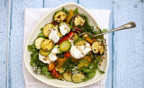 Courgette salade op een bord op tafel drie salade recepten
