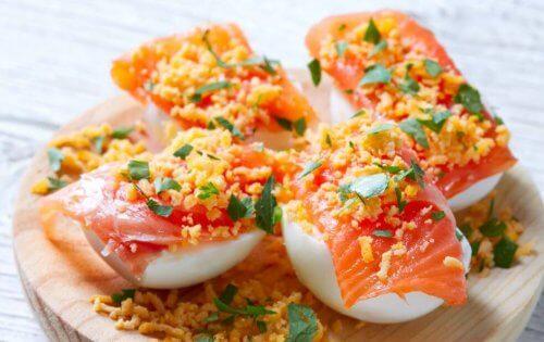 Gevulde eieren met zalmrecepten hoog in omega 3-vetzuren