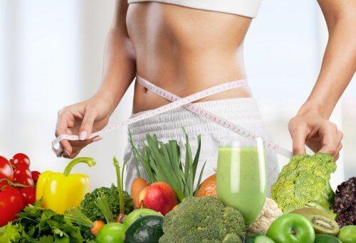 Vrouw meet taille voor BMI berekening