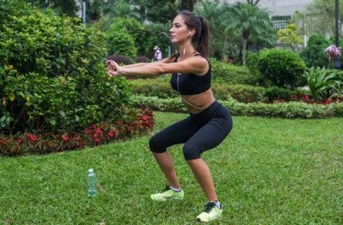 Vrouw die op gras squat