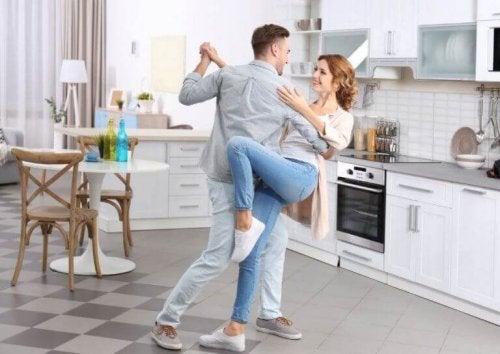 paar danst in de keuken cardio-oefeningen