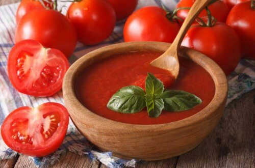 Tomatensaus met basilicum in houten kom